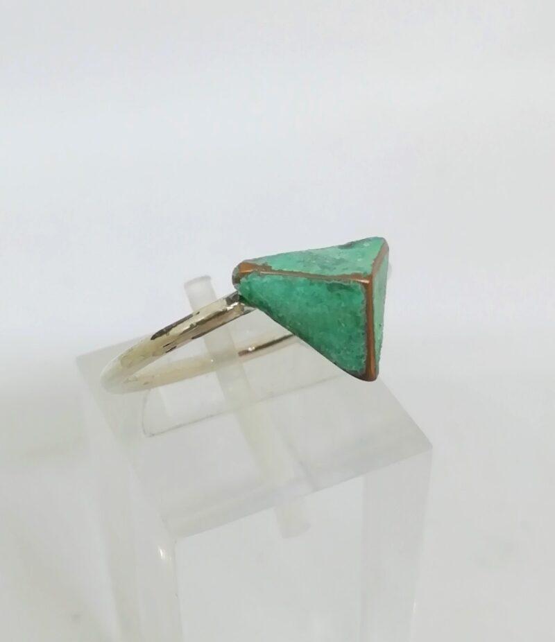 anillo piramide verde